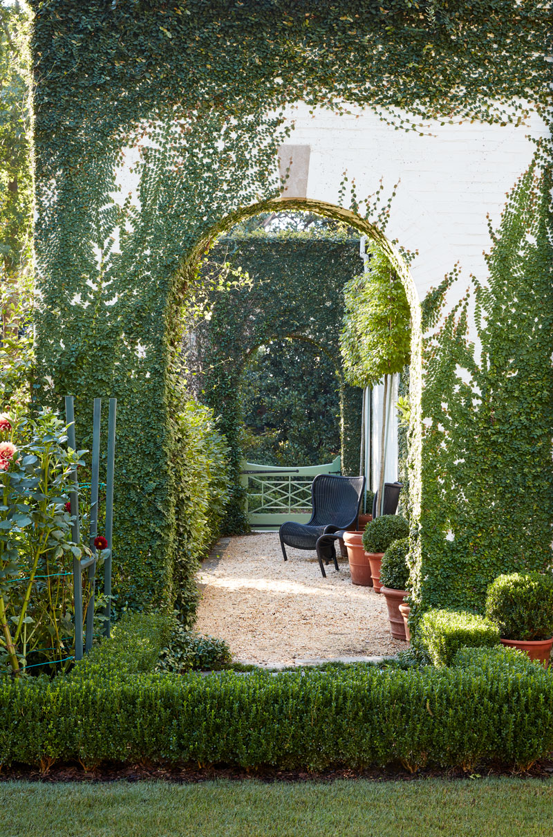 Caroline Gidiere 's Georgian Home in Alabama garden